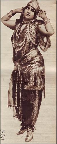 Mounira-en-costume-de-danse-www