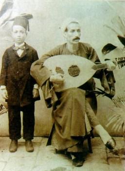 محمد القصبجي في طفولته مع والده الشيخ علي القصبجي